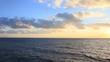 夕日に照らされた雲と水平線
