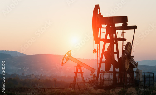 Fotomural  oil pump on sunset