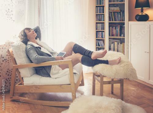Frau Mit Tablet Sitzt Gemtlich Im Wohnzimmer Vorm Fenster
