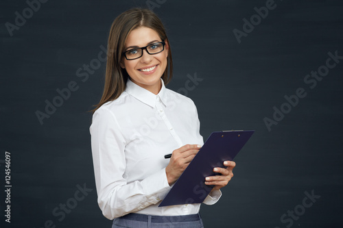 Photo  Smiling woman social employee writes on clipboard.