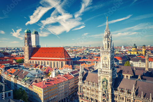 Plakat Widok z lotu ptaka na Munchen: New Town Hall i Frauenkirche