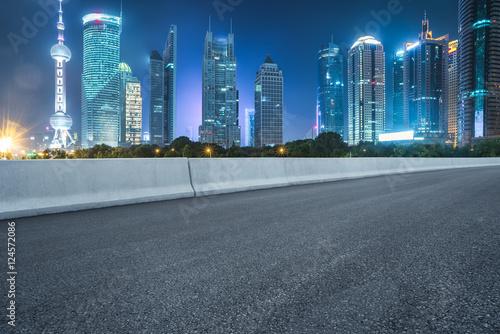 Keuken foto achterwand Nacht snelweg empty asphalt road through modern city in China.