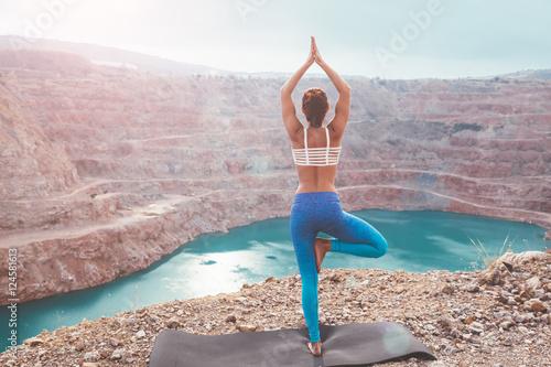 Poster Ecole de Yoga Girl training yoga pose outdoor