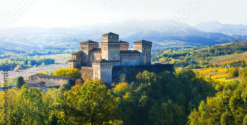 Photo sur Toile Chateau Impressive medieval castle in Torrechiara (near Parma) Italy
