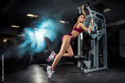 Plakat Fitness, trening, młoda piękna dziewczyna trenuje na siłowni