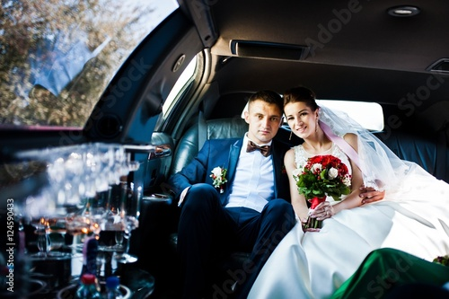 Photographie  wedding couple indoor the limousine