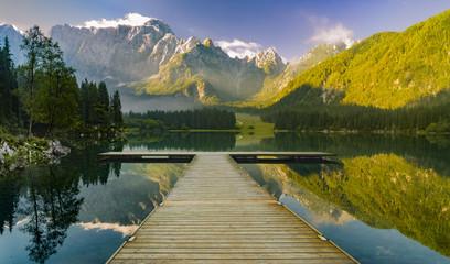Jezioro alpejskie o poranku
