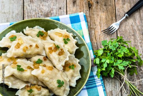 Plakat Rosyjskie kluchy z smażącą cebulą na talerzu, domowej roboty kulinarny pojęcie