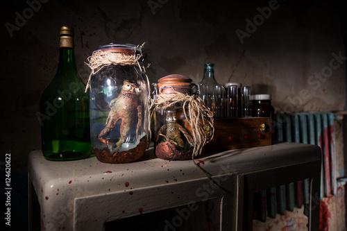 Fotografía  Horrible dead creatures with bulging eyes inside a pair of mason