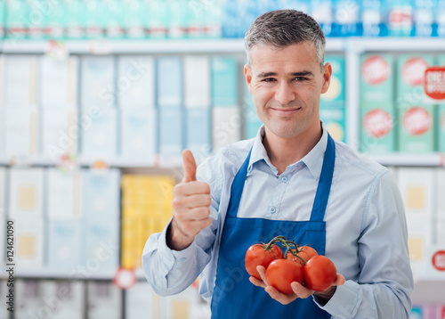 Carta da parati Supermarket clerk holding tomatoes