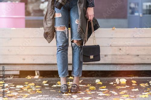 Plakat szczegółowe informacje o strojach jesiennych. blogger modowy ubrany w zgrywanie dżinsów z mokasynami, obszerna kurtka bomber i modna czarna torba.