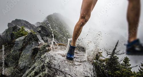 Fotografía  Runner puddle splash on ridgeline