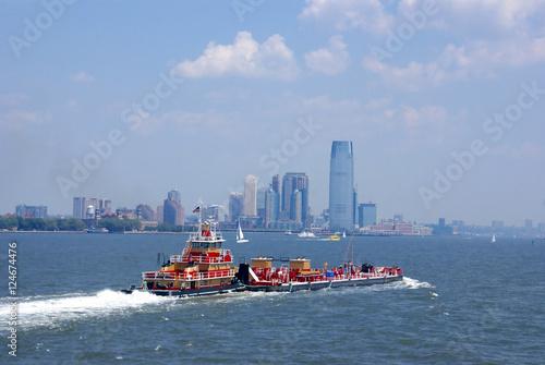 Photo Tugboat pushing barge in New York Harbor