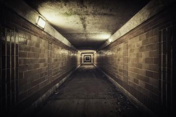 Noću prazan tunel podvožnjaka, nezasićenih boja