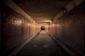 Noću prazan tunel podvožnjaka