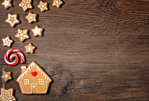 Tuinposter Koekjes Gingerbread house cookie and stars
