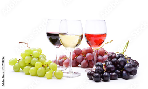 Foto op Aluminium Wijn Red, rosé and white wine, with bunches of grapes