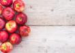 Apfel Rot Früchte Obst auf Holz Tisch