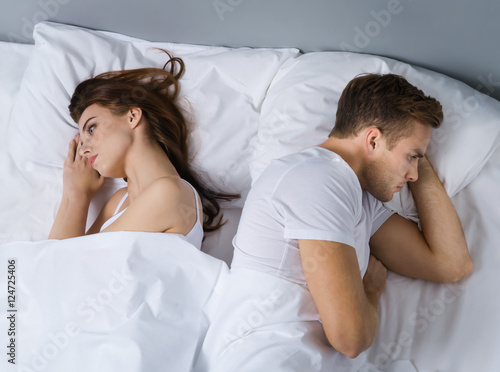 Plakat Nieszczęśliwa potomstwo para na łóżku