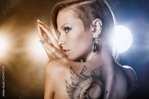 Plakat Dziewczyna z tatuażami i kolczykami