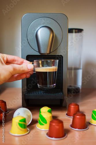 Fotografía  Una tazza di caffe nel mano di ragazza