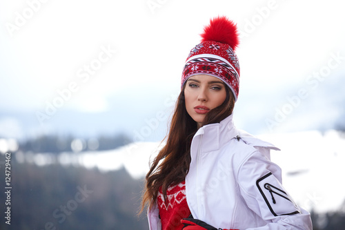Tuinposter Wintersporten winter, leisure, sport and people concept - happy young woman in