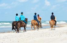 Kinder Reiten Mit Ponys Am Str...