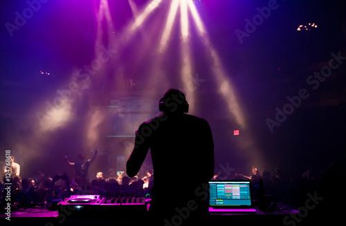 Plakat Sylwetka DJ wykonywania na koncercie