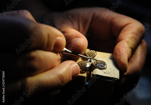 Fotografía  Craft jewelery making.