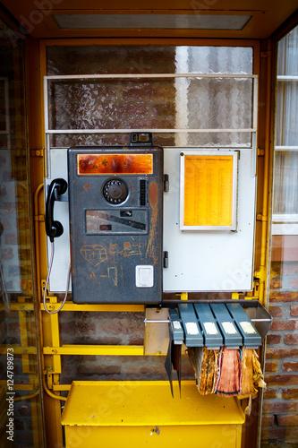 Fotografie, Obraz  Alte Telefonzelle mit Telefonbuch