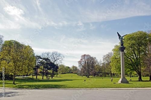 Parc Montsouris, esplanade et statue. Un jour de ciel nuageux (Paris France)