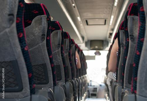 Zdjęcie XXL Widok z wnętrza autobusu z pasażerami.