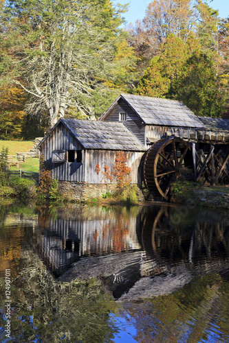 Foto  Historic Mabry Mill on the Blue Ridge Parkway in Meadows of Dan, Virginia in the