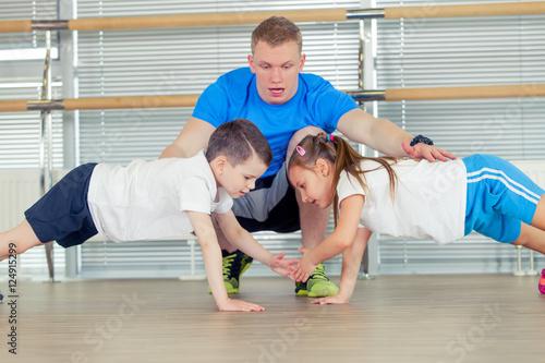 Plakat Grupa dzieci robi dzieci gimnastykom w gym z przedszkola teac