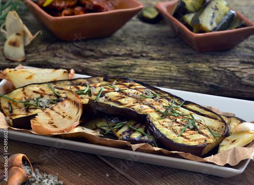 Aubergine gegrillt auf Holztisch und Teller / Rustikal, Mediterran / Foodstyling