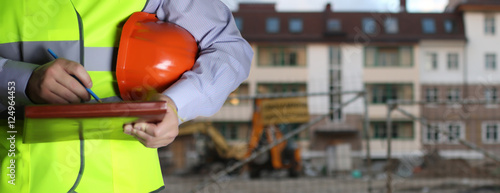Fotografia man in suit with helmet closeup in costruction area