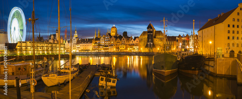 Nocna panorama starego miasta w Gdańsku