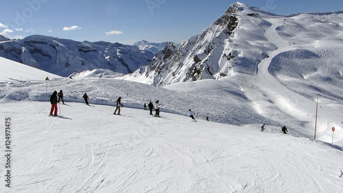 Skiers on high alpine piste Fototapet