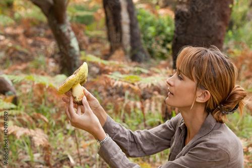 Fotografie, Obraz femme avec un champignon dans la forêt