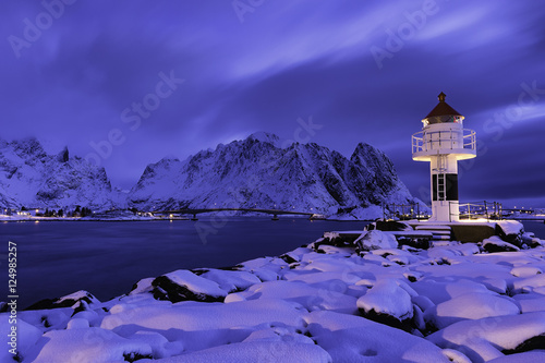 Deurstickers Snoeien Lighthouse at Reine Lofoten Norway