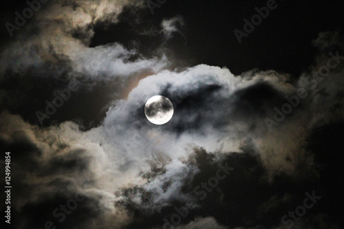 Full Hunter's Moon with clouds, eerie or spooky full moon for Halloween or fall Tapéta, Fotótapéta