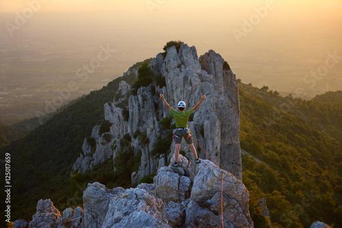 Tuinposter Alpinisme alpiniste au sommet dans le Vaucluse