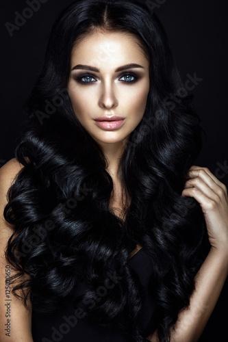 Plakat Piękny kobieta portret na czarnym tle. Seksowny makijaż i kręcone włosy.