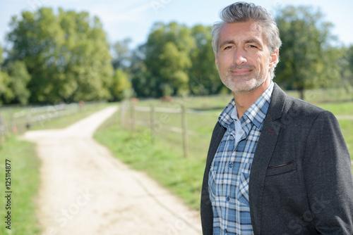 Photo  man posing in country lane