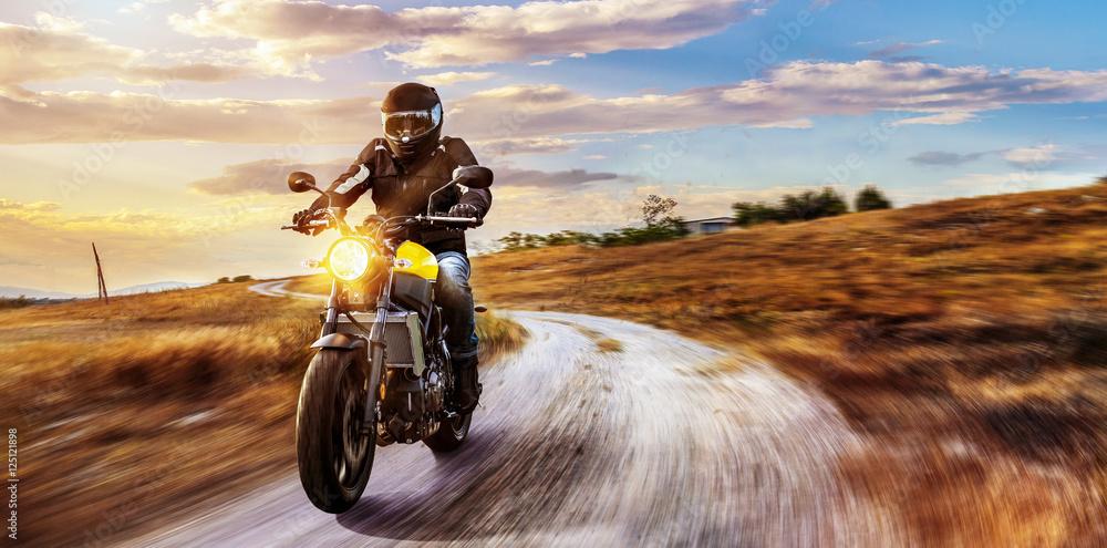 Motorrad fährt auf freier Landstrasse in den Sonnenuntergang Foto ...