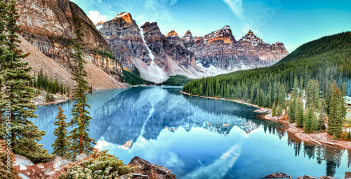 In de dag Canada Moraine lake panorama in Banff National Park, Alberta, Canada
