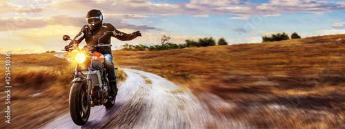 motocykl-jedzie-na-otwartej-wiejskiej-drodze-w-sloncu
