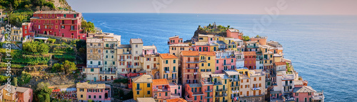 Famous town of Manarola in Cinque Terre / Colorful houses of Liguria Tableau sur Toile