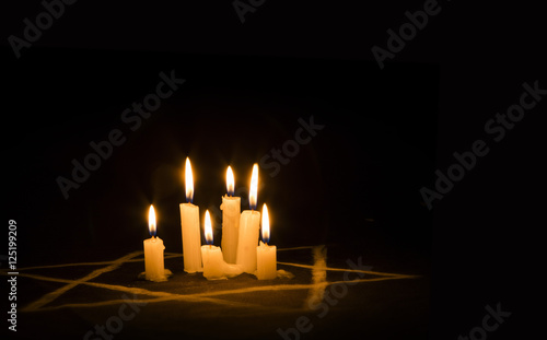 Fotomural Six burning candles and the Star of David against a black background