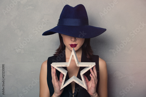 Fotomural  woman in hat with star shape